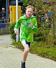 Green (Cavabienmerci) Tags: boy sports boys sport race children schweiz switzerland kid  child suisse zurich running run course runners pied runner triathlon laufen triathlete 2016 lufer lauf triathletes wallisellen walliseller