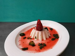 panna_cotta (Vegetariamoci Ristorante Biologico Vegetariano) Tags: dessert restaurant mint strawberries dolce ristorante padova menta vegetariano fragole vegetariamoci