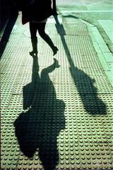 (chema_lopez_lopez) Tags: street shadow surrealism candid sombra konica e6 analgico c41 cruzado proceso