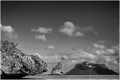 Angthong Marina Bay (Thunderbird61) Tags: bw seascape blancoynegro monochrome clouds thailand island rocks zwartwit nb bn samui sw koh zw negroyblanco blackandwhiteblackwhite blanchnero angthongmarinabay