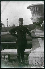 Archiv D808 Soldatenportrt in Paris, 1900er (Hans-Michael Tappen) Tags: paris frankreich uniform outdoor gloves laterne eiffelturm 1990s soldat handschuhe stiefel leatherboots 1900er archivhansmichaeltappen