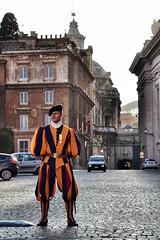 Guardia suizo (Japo Garca) Tags: roma italia colores vaticano dos perspectiva dei guardia fotografa garca cpula empedrado suizo japo regla terzi regola tercios sampetrini