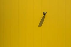 Minimalistisches Gelb (tobi_digital) Tags: lampe post olympus gelb schatten 45mm dhl streifen gerade lichtundschatten heusenstamm obertshausen minimalistisch tag184 365fotosorg