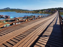 Sangkhlaburi - Mon Bridge (sharko333) Tags: voyage travel bridge river landscape thailand boat asia asien olympus asie reise thailande em1 sangkhlaburi  monbridge