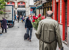 Romantico (cmarga28) Tags: madrid street people urban flores colour digital spain rojo nikon raw foto gente mayor ciudad colores personas d750 anciano rosas viejo regalo antiguo calles bellas abuelo rojas caminando pasion paseando miradas romanticos apasionado cirty photographu learniing