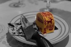 encore une part? (sapiens5) Tags: reveillon motif 35mm pentax noel fete kr couleur gateau repas buche couteau assiete sélective