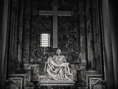 Michelangelos Piet monochrom (Helmut Reichelt) Tags: italien bw roma nikon kirche crop sw michelangelo rom d3 petersdom karfreitag piet nikkor35mmf2 sanpietroinvaticano silverefexpro2 captureone8