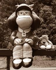 Leoncia con Mafalda en Oviedo (Caty V. mazarias antoranz) Tags: espaa naturaleza amigos libertad gente weekend asturias multicolor descanso hola findesemana bromas noalaviolencia inspain pueblosdeespaa arquitecturaenespaa jugandoconlafotografa