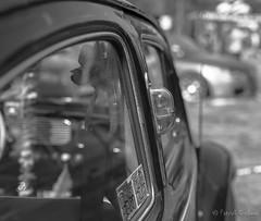 VW Beetle (gissberg) Tags: blackandwhite monochrome car vw turn volkswagen bokeh beetle depthoffield vehicle signal blinker bubbla canoneos5dmarkiii sigma5014dghsmart