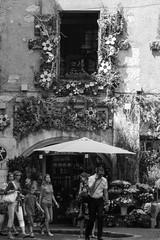 """""""Point  la ligne"""" (fb) Tags: annecy parasol foule fleuriste touriste"""