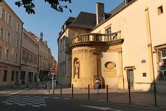 Place Saint-Nicolas - Metz (France) (Meteorry) Tags: street shadow sunlight france statue evening europe july beam noentry rue lorraine metz moselle 2015 meteorry lightfall sensinterdit placesaintnicolas ruedelafontaine ruelasalle auvergnerhnealpes alsacechampagneardennelorraine alsacechampagneardennelorrain