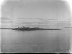 Ingolskär; loisto ja tunnusmajakka kallioluodolla mereltä n 300 m päästä kuvattuna (KansallisarkistoKA) Tags: lighthouse beacon majakka loiso merimerkki tunnusmajakka ingolskär