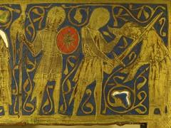 ca. 1250-1275 - 'reliquary casket of Thomas Becket and the Crucifixion', Limoges, Muse de Cluny, Paris, France (roelipilami) Tags: paris france saint museum de soldier shrine mail thomas casket muse age becket sword copper crucifixion soldat cluny gilt coif chasse parigi limoges 1250 dor reliquary 1270 crucificion kist hauberk 1260 moyen champleve cotte chsse relicario mailles votif reliek malinkolder reliekkist