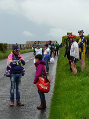 Comparing Notes (mdavidford) Tags: bag cycling waiting conversation bushmills stage2 giroditalia feedzone musette soigneur whiteparkroad lampremerida