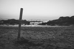 Cruz en Playa de la Lanzada (Koke Hernán) Tags: ocean sunset sea blackandwhite bw beach relax outdoors evening blackwhite spain sand nikon rocks paradise day waves afternoon cross galicia atlanticocean lanzada nikond3200 2015 playadelalanzada d3200