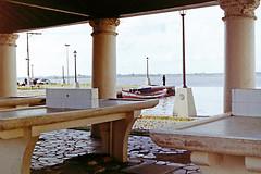 Preparando a pesca (Gijlmar) Tags: brazil film southamerica brasil pentax k1000 brasilien pentaxk1000 filme riograndedosul brasile brésil riogrande américadosul analogic analógico brazilië amériquedusud américadelsur fuji200539b