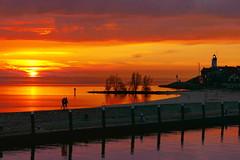 Leuchtturm (heinzkren) Tags: lighthouse holland netherlands see couple flash paar idyll hafen leuchtturm stimmung ijsselmeer niederlande urk idylle romantik abendstimmung