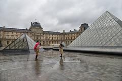 Touriste (patdebaz) Tags: paris france nikon louvre pluie pyramide d800 parapluie photographe touriste