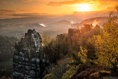 Glowing Sunrise (cfaobam) Tags: travel nature berg sunrise germany landscape deutschland switzerland spring reisen rocks glow fuji nebel outdoor natur adventure national sachsen fujifilm landschaft sonnenaufgang sandstein geographic saxon frühling felsen sächsischeschweiz elbsandsteingebirge schrammsteine abenteuer felsformation wasserdampf glühen xt10 malerweg schrammsteinaussicht cfaobam cfaobamhome