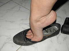 Black flats Hellpopping and dangling... 3 (luk742003) Tags: feet shoes toes toe bare flats cleavage soles dangle dangling piedi ballerine heelpop heelpopping