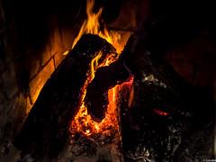 A fuego lento (Luicabe) Tags: interior luis fuego tronco zamora cabello chimenea fogata hoguera lea brasa ascua yarat1 enazamorado luicabe