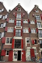 Amsterdam, Brouwersgracht, Spitsbergen (Nik Morris (van Leiden)) Tags: holland netherlands amsterdam nederland warehouse shutters jordaan brouwersgracht kuiken