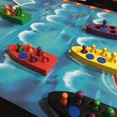 Lifeboats - เกมแข่งกันหนีตายจากเรือล่มที่ใช้สอนเรื่องประชาธิปไตย ทั้งข้อดีและข้อด้อยของระบบได้อย่างดี เล่นง่ายเพียงห้านาทีก็เข้าใจ เกมจริงราว 60-90 นาทีจบ แต่ละตาก่อนอื่นต้องโหวตเลือกว่าจะให้เรือลำไหนน้ำเข้า ถ้าไม่มีช่องว่างในเรือต้องโหวตว่าคนไหนในเรือต้อ
