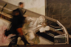 Run ! (carpentier_patrick) Tags: paris statue course soir flou