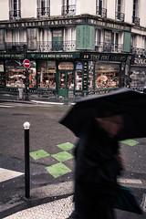Viejos caminos (Pirata Larios) Tags: paris canon persona calle lluvia caminar pasear francia paraguas febrero hombre sanvalentin callejera 2015 60d carloslarios