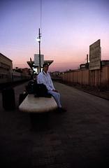 gypten 1999 (004) Luxor: Auf dem Bahnhof (Rdiger Stehn) Tags: winter urlaub egypt bahnhof slide dia menschen scan stadt afrika 1998 luxor bauwerk gypten 1990s abendstimmung canoneos500n nordafrika profanbau analogfilm 1990er obergypten sdgypten aluqur aad
