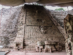 "Copan Ruinas: l'escalier de Hiéroglyphes <a style=""margin-left:10px; font-size:0.8em;"" href=""http://www.flickr.com/photos/127723101@N04/26457452732/"" target=""_blank"">@flickr</a>"