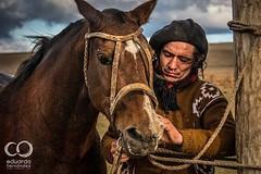 El paisano preparando el reservado, aquel que a tumbado a 39 cristianos en los campos de jineteada de la Patagonia...    -----------------------------  www.eduardohernandeza.com  -----------------------------   #ExperienceChile #NativeAdventure #horse #Re (Eduardo Hernndez Fotografa) Tags: chile travel horse patagonia nature square atardecer amazing explorer squareformat gaucho jineteada baqueano iphoneography instagramapp uploaded:by=instagram