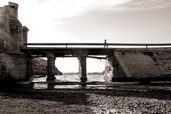 Tarifa contrastes (Franci Esteban) Tags: contraluz puente monocromo andaluca arena cdiz tarifa contrastes monocrome luminosity luznatural isladelaspalomas isladetarifa canon7d canonefs24mmf28stm uninoceanoatlnticoymarmediterrneo