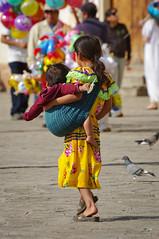 corta infancia (II) (Juan Ig. Llana) Tags: mxico nios nia palomas globos infancia chiapas sancristobaldelascasas plazadelapaz