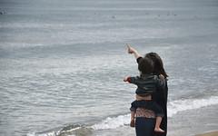bello (Trang |C-Cat|) Tags: ocean sea mom nikon lookup moment motherhood humans 105mm d3300