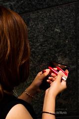Mirar (A 50mm del Mundo) Tags: japan calle mujer arquitectura kyoto asia gente streetphotography ciudad manos objetos cabeza dedos mano urbana fujifilm streetphoto labios oriente kioto japonesa lugar dedo estacin pelo cabello fotografa lpiz japn geografa x100 robado anatoma streetshooting lejanooriente fujifilmx100 diegojambrina