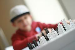 Schaken.  Tom en Youri spelen met een schaakset dat is ontworpen door Vieira. #og: (rubentijdlijn) Tags: og