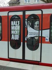 Traufhalter abhalten (mkorsakov) Tags: door ubahn wtf dortmund tr hinweis verbot gebot seriousproblem u49 traufhalter