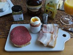Geflgelsalami und Schweinebauch zum Frhstcksei (multipel_bleiben) Tags: essen wurst ei frhstck braten geflgel schweinefleisch