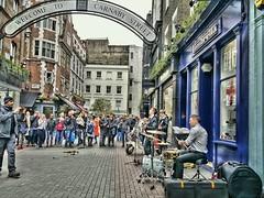Carnaby St,un sbado tarde. (Jorge B.M) Tags: uk london calle musica londres carnabystreet carnaby artista reinounido unitedkindom granbretaa