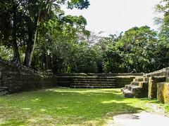 """Lamanai: le complexe royal, car les mayas ne vivaient pas dans les temples <a style=""""margin-left:10px; font-size:0.8em;"""" href=""""http://www.flickr.com/photos/127723101@N04/26012372631/"""" target=""""_blank"""">@flickr</a>"""