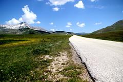 (alessandro nicomedi) Tags: verde canon strada italia prato montagna abruzzo vallata d600 campoimperatore