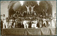 Archiv E181 Bühnenreifes Fest, 1920er (Hans-Michael Tappen) Tags: 1920s girls boy boys girl sport outfit doll kinder fest mädchen puppen jungen kleidung turnen bühne fahnen jugendliche sportkleidung 1920er archivhansmichaeltappen