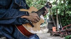 Em tom com a natureza (KakaR2R) Tags: music playing man hand guitar msica mo tocando violo