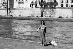Bonheur sur Seine (LACPIXEL) Tags: blackandwhite woman paris france blancoynegro seine mujer nikon flickr noiretblanc femme capitale berges touriste d4s nikonfrance lacpixel
