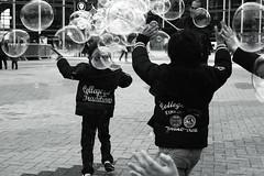 Dans les bulles. (Tuch75) Tags: street paris photography enfants bulles dfense jeux