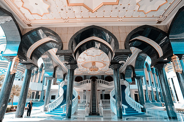 640px-Jame'asr_Hassanil_Bolkiah_Mosque_interior._Bandar_Seri_Begawan,_Brunei,_Southeast_Asia
