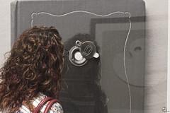 La lectora en su lectura. (elojeador) Tags: mujer leer libro tapa prima caf lectura prim mirando leyendo chemamadoz mirilla centroandaluzdelafotografa elojeador lamironaensumirilla