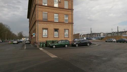 Vor dem Klinkerhaus die Privatstraße rechts rein
