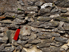 estrangeiro... (bruce grant) Tags: pedra parede tijolo